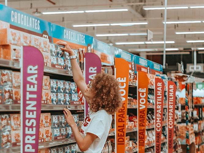 Une femme procédant au choix des produits à mettre en avant lors d'une animation commerciale.